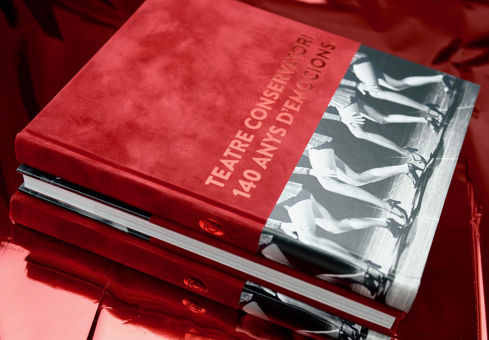 Libro especial Teatre Conservatori Manresa con tapa dura mixta, lomo redondo y stamping rojo metalizado